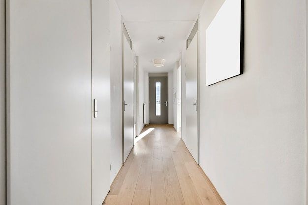 Interior de corredor estreito com muitas portas e pintura clássica em paredes brancas