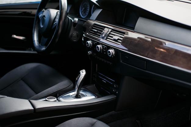 Interior de couro moderno do novo carro
