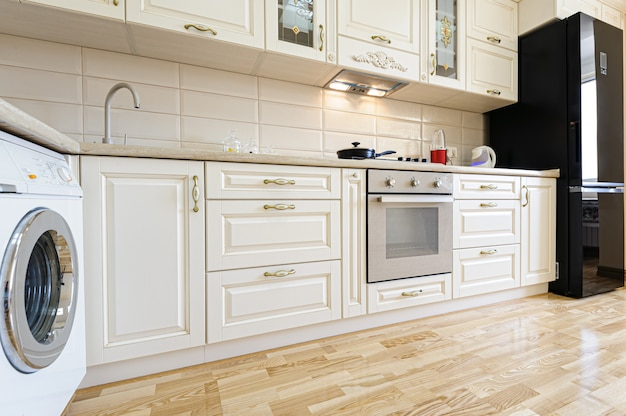 Interior de cozinha bege e branco moderna de luxo