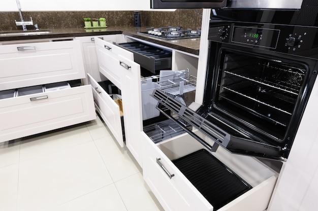 Interior de cozinha bege moderna de luxo
