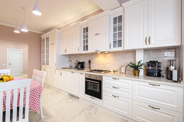 Interior de cozinha branca moderna de luxo