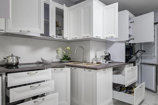 Interior de cozinha branca moderna simples e de luxo