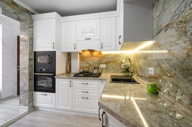 Interior de cozinha branco clássico moderno com móveis de madeira