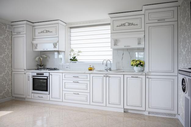 Interior de cozinha branco clássico moderno e luxuoso