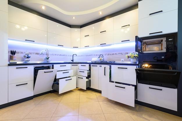 Interior de cozinha branco clássico moderno