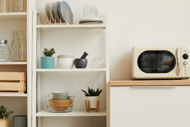 Interior de cozinha branco com design minimalista e prateleiras abertas de madeira