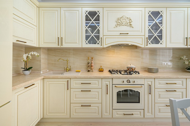 Interior de cozinha clássico contemporâneo bege projetado em estilo provençal