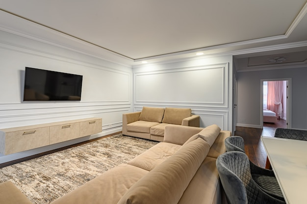 Interior de cozinha clássico contemporâneo cinza e branco projetado em estilo moderno, sendo uma parte do apartamento estúdio
