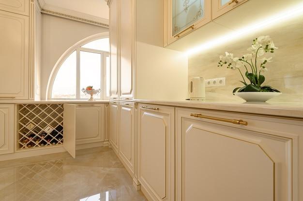 Interior de cozinha clássico luxuoso em bege e dourado