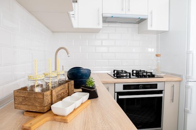 Interior de cozinha de luxo incrível em branco, estilo contemporâneo