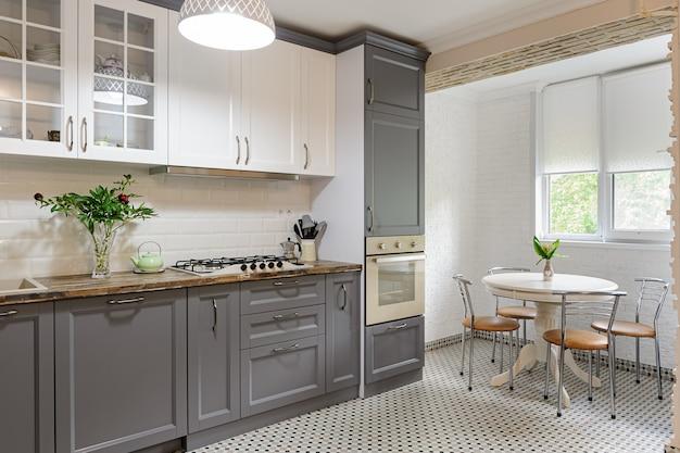 Interior de cozinha de madeira cinza e branco moderno