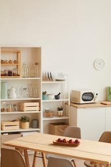 Interior de cozinha em tons quentes com design minimalista e decoração em madeira
