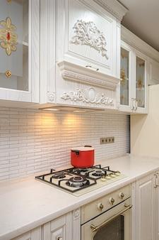 Interior de cozinha moderna de branco e bege de luxo