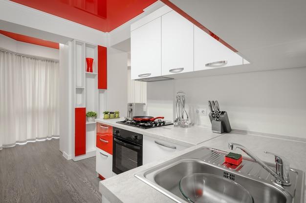 Interior de cozinha moderna de vermelho e branco
