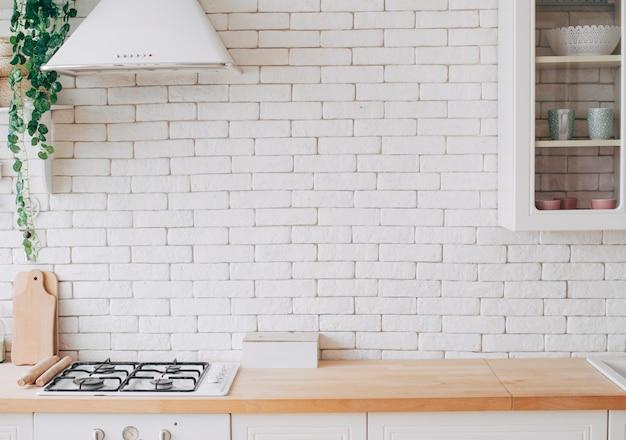 Interior de cozinha moderna e branca