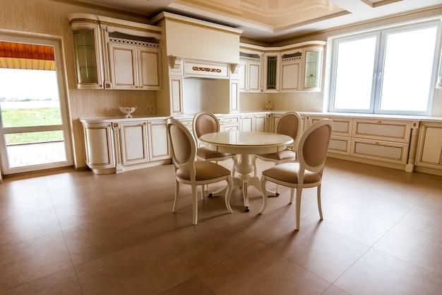 Interior de cozinha moderna e equipada de luxo.