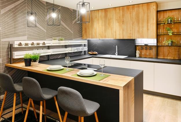 Interior de cozinha moderna equipada com eletrodomésticos e balcão de bar