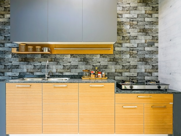 Interior de cozinha moderno, brilhante e limpo com aparelhos de aço inoxidável
