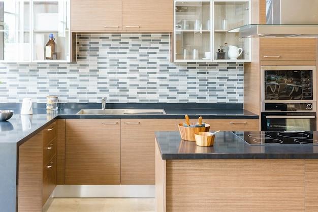 Interior de cozinha moderno, brilhante, limpo com utensílios de aço inoxidável no apartamento
