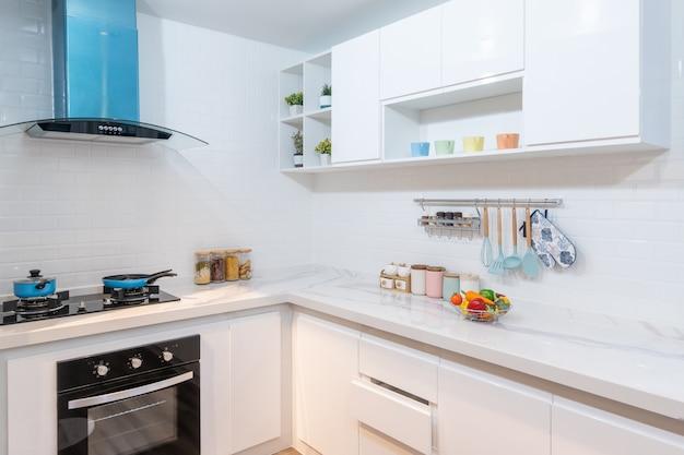 Interior de cozinha moderno, claro e limpo com aparelhos de aço inoxidável em um apartamento de luxo.