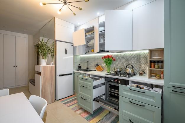 Interior de cozinha moderno e aconchegante com gavetas puxadas
