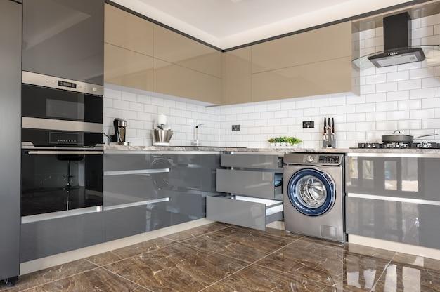 Interior de cozinha moderno luxuoso em branco, bege e cinza