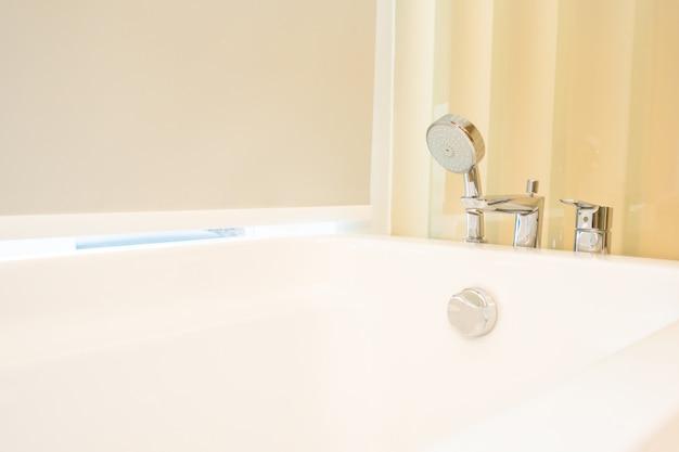 Interior de decoração bonita banheira branca de casa de banho