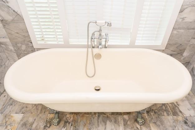 Interior de decoração de banheira branca vazia