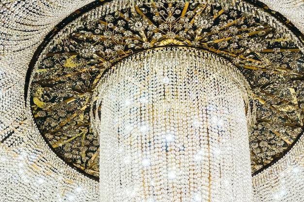 Interior de decoração lindo lustre de luxo