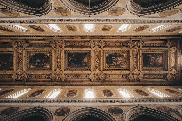 Interior de edifício castanho
