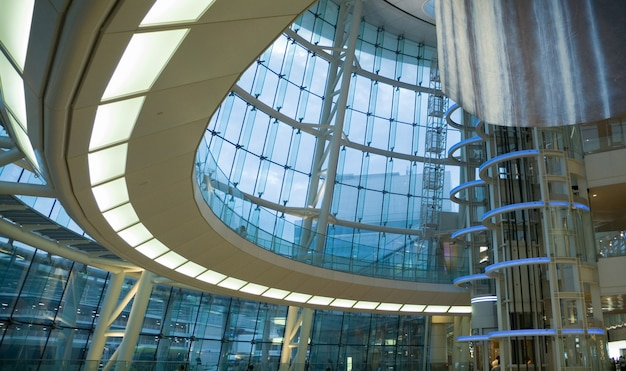 Interior de edifício futurista moderno - salão público do aeroporto japonês