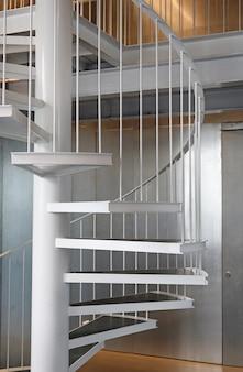 Interior de escada de metal em espiral