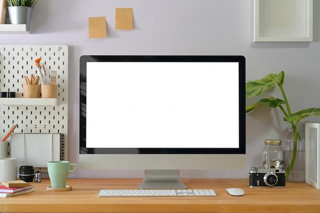 Interior de escritório criativo em casa com suprimentos de fotógrafo elegante e exibição de computador