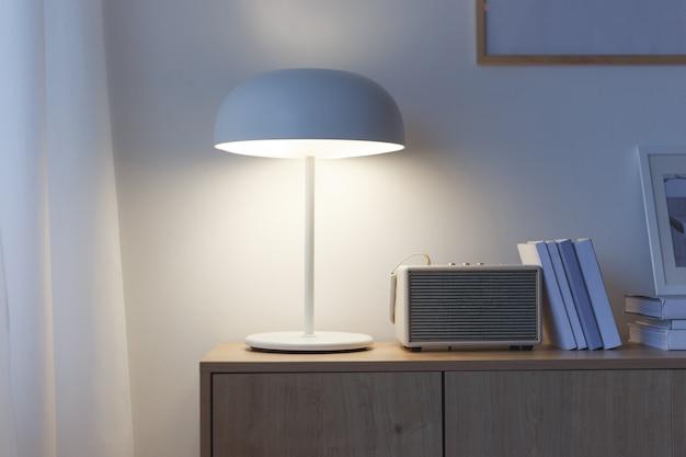 Interior de escritório em casa criativo com lâmpada e livros.