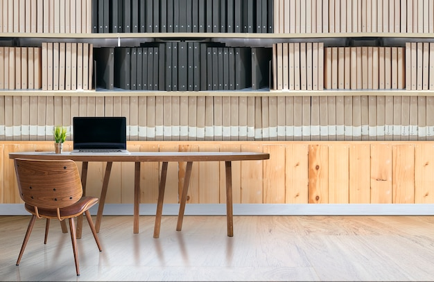 Interior de escritório moderno com laptop na mesa de madeira e prateleiras de pasta de documentos
