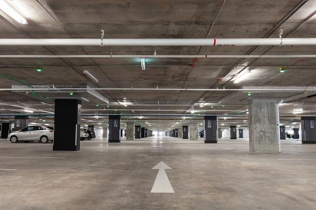 Interior de garagem de estacionamento, edifício industrial, interior subterrâneo vazio