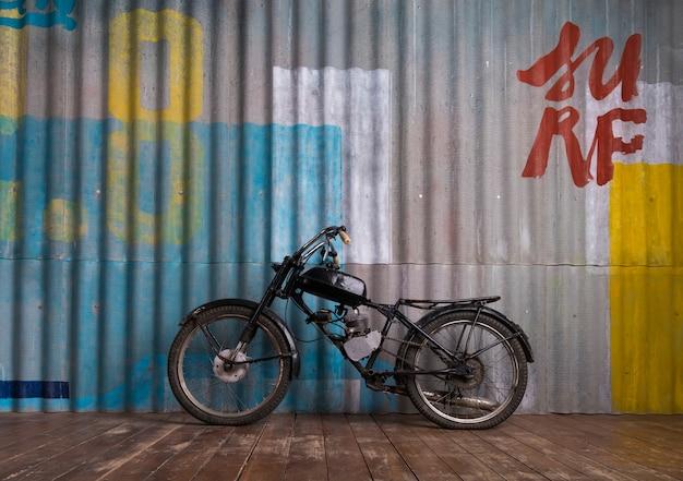 Interior de garagem vintage com moto