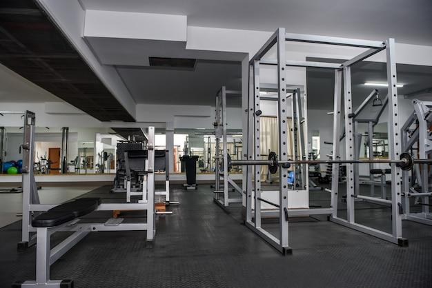 Interior de ginásio moderno e vazio com equipamento