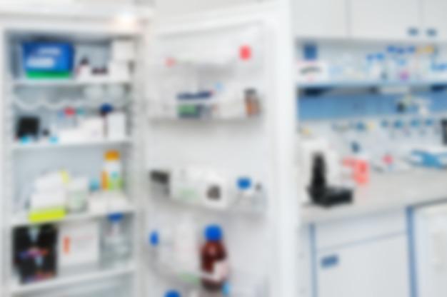 Interior de laboratório e geladeira aberta com reagentes