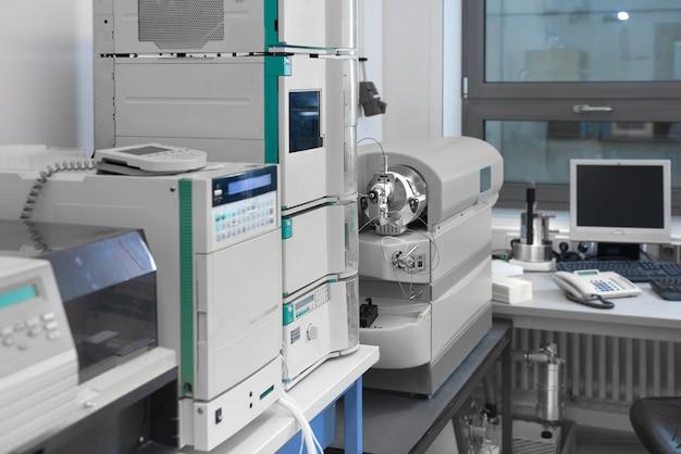 Interior de laboratório moderno fora de foco, incluindo equipamentos
