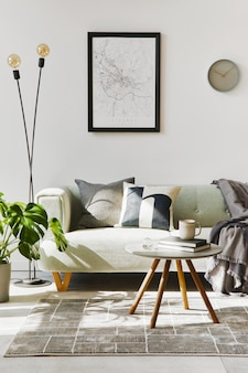 Interior de loft exclusivo com sofá verde confortável, móveis de design, mapa de pôster simulado, carpete, plantas, decoração e acessórios elegantes. decoração moderna na sala de estar. parede branca. modelo.