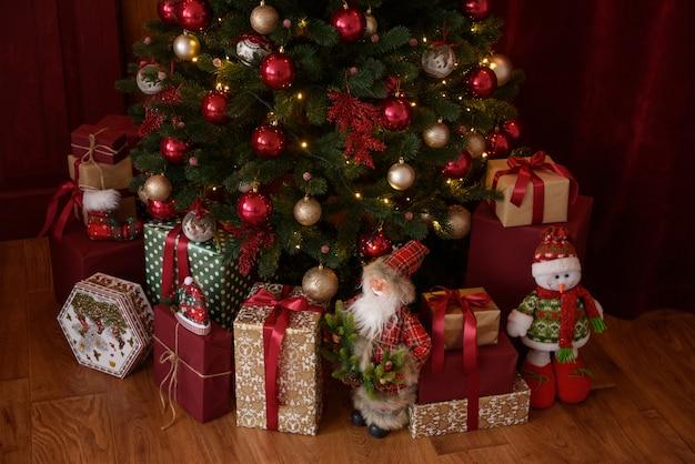 Interior de natal com caixas de presente e fogos de natal