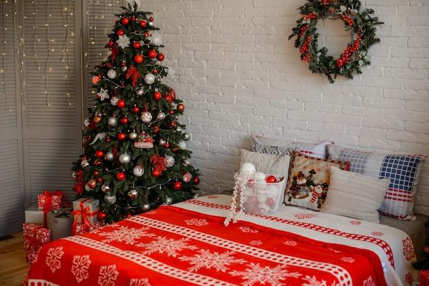 Interior de natal com caixas de presente e incêndios de natal.