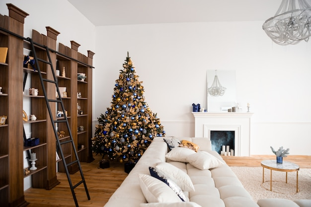 Interior de natal, sala de estar com lareira.