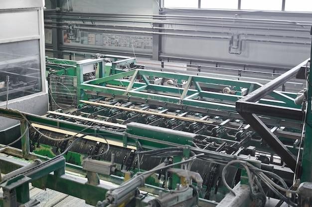 Interior de oficina automatizada para produção de tábuas em serraria moderna