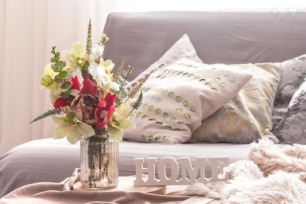 Interior de primavera em casa na sala de estar