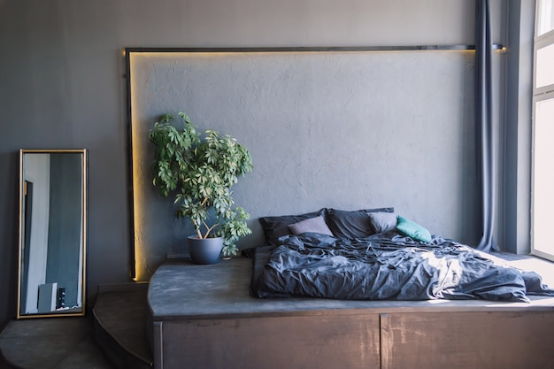 Interior de quarto cinza e branco