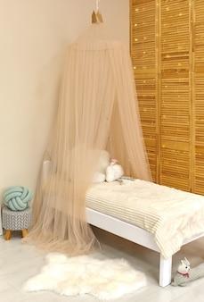 Interior de quarto de criança fofo com brinquedos e móveis modernos, cama com barraca