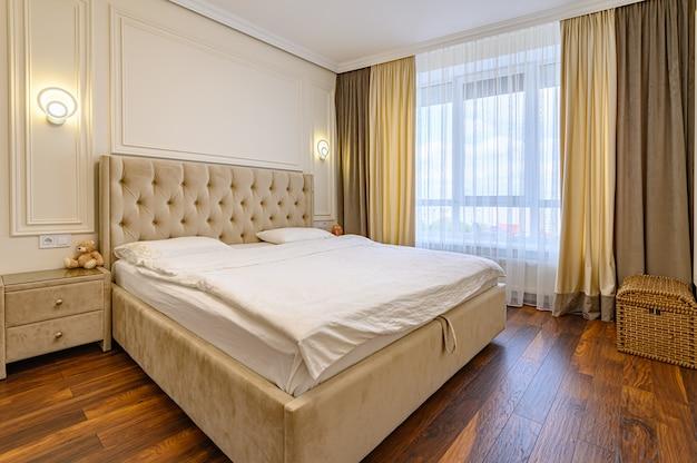 Interior de quarto moderno e luxuoso com cama de casal em cores bege
