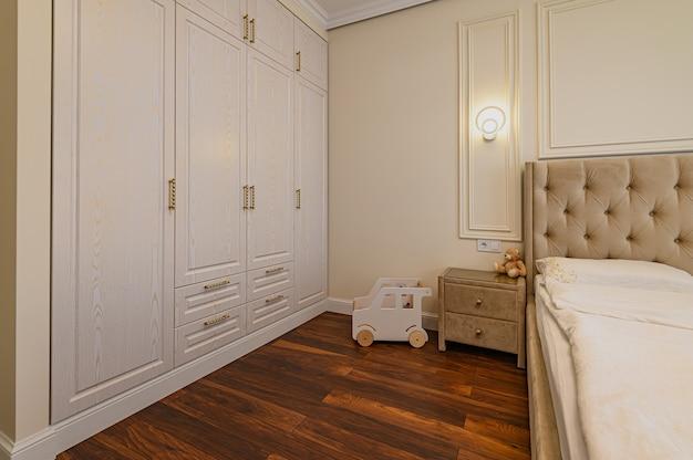 Interior de quarto moderno e luxuoso com cama de casal em tons de bege